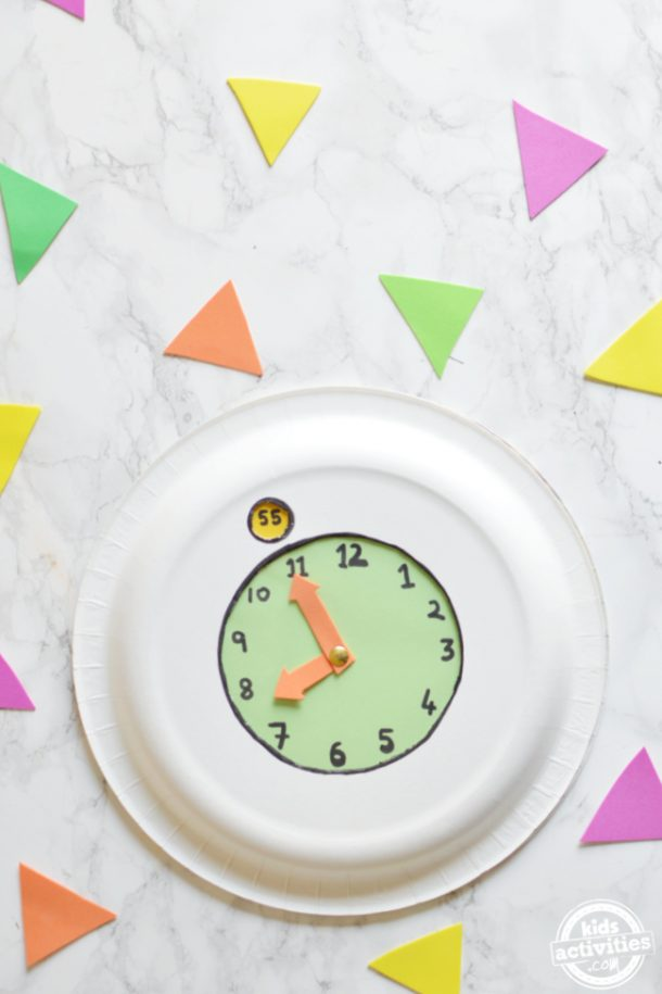 Paper plate clock with rotating minutes for preschool kids