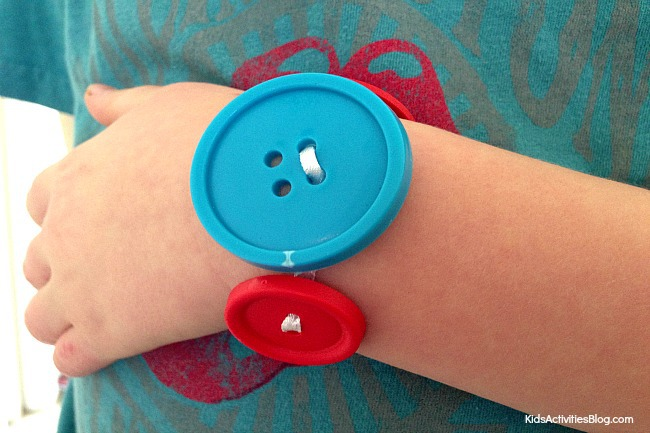 Cute and Easy Bracelets to make for kids: Make a button bracelet!