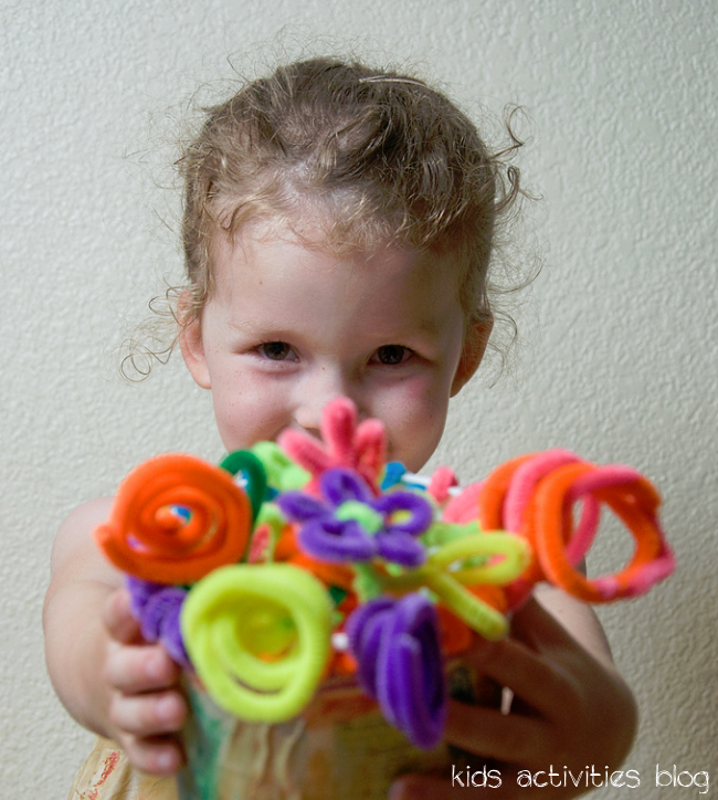 pipecleaner flowers - easy idea for making things with pipe cleaners - girl holding pipe cleaner flower bouquet