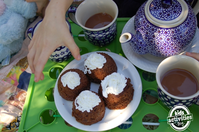 hot chocolate cake recipe - takes only 2 min to make! hand reaching for tea cakes made in a mug