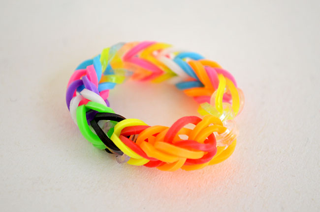 Make Rainbow Loom jewelry without the loom - easy for kids. By MIchelle McInerney for KidsActivitiesBlog