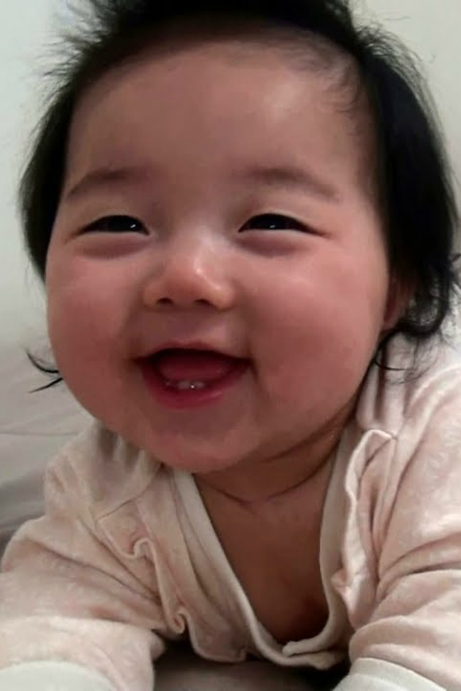 baby wakes up smiling for mom