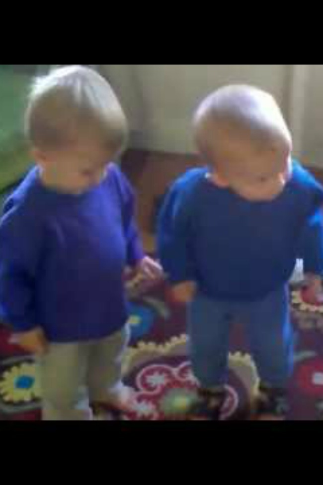 """Twins Sing Along With """"Somebody That I Used To Know,"""" And It's So Cute"""