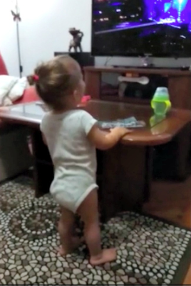 Toddler Rocks Out And Sings Along With AC/DC's 'Thunderstruck'