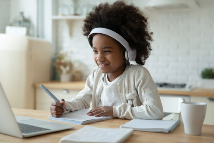 Educational resource for homeschool school and entertainment for free - Kids activities blog - child watching computer video