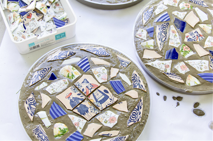 Mosaic plate pattern in concrete stepping stone for a DIY garden project.